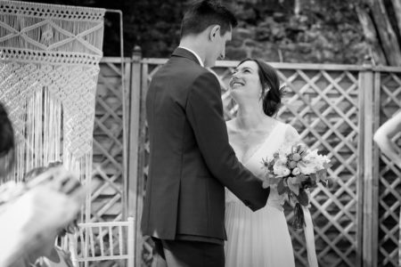 l'arrivée de la mariée avec le macramé en fond